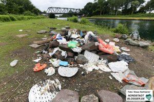 Müllablagerungen am Kanal in Höhe des Fredenbaumparks