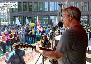 Proteste gegen den Tag der Deuschten Zukunft. Fred Ape singt am Dortmunder U
