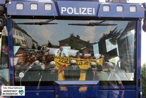 Proteste gegen den Tag der Deuschten Zukunft in Huckarde spiegelt sich in der Frontscheibe eines Wasserwerfers