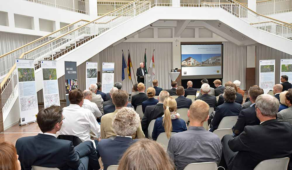 Im Rathaus fand eine Konferenz statt, mit der die Stadt für den Wohnungsbau warb.