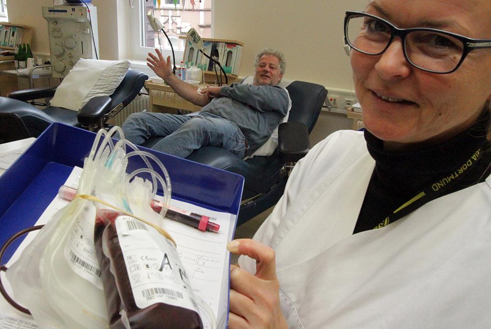 Macht Laune und hilft - die Blutspende. Teamleiterin Susanne Socha und Spender Matthias Graben im Klinikum.