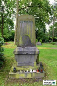 Das leere Grabmal bleibt zurück.