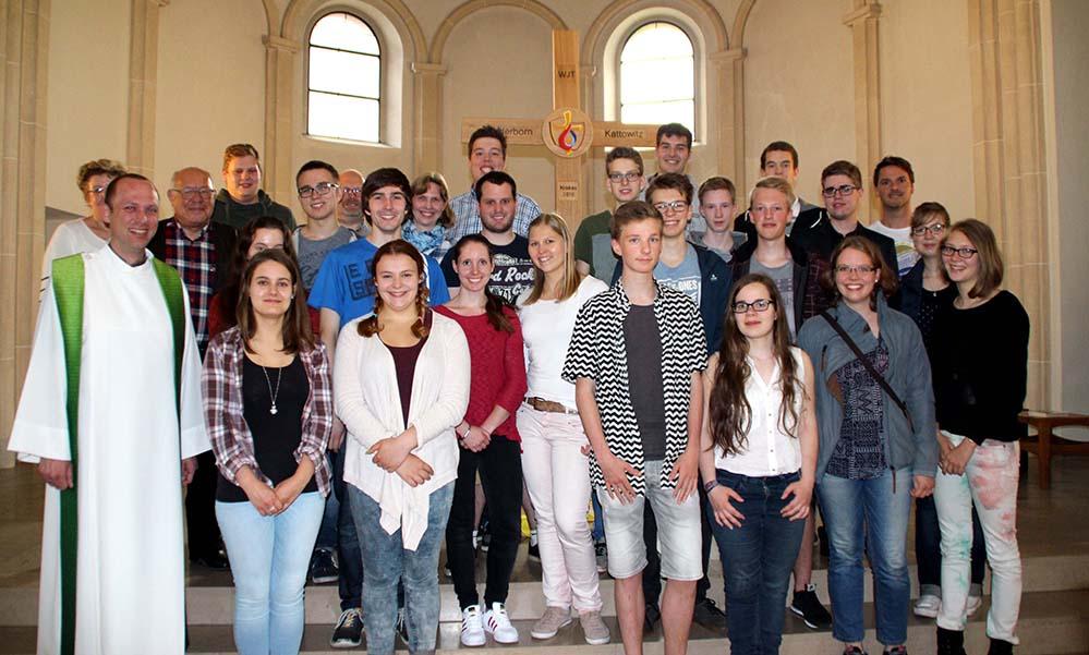 """Fahren zum Weltjugendtag nach Polen: Jugendliche aus Dortmund mit Dekanatsjugendseelsorger Martin Blume (links). Foto: """"junge kirche dortmund"""""""