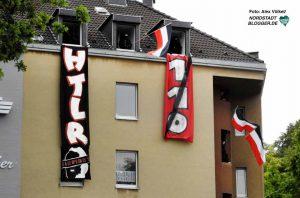 Unter anderem mit einem HTLR (Hitler)-Banner provozierten vermummte Neonazis.