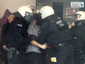 Matthias Drewer wurde von der Polizei in einer Pizzeria überwältigt, weil er auf die Antifa losgehen wollte.
