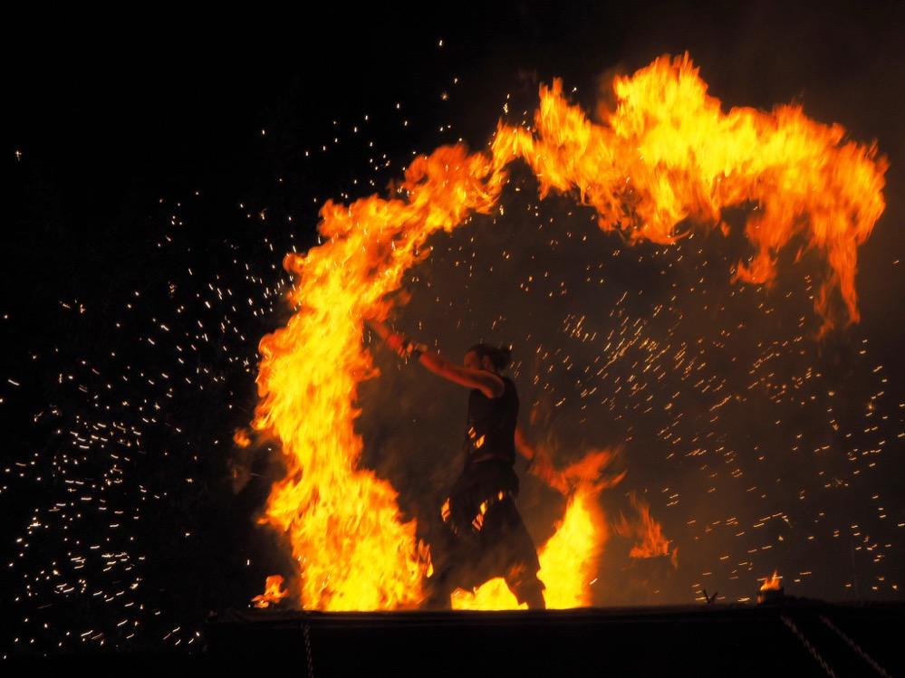 Optischer Höhepunkt des Hafenspaziergang war die Feuershow: Foto: Roland Lecker