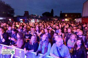 Zum ausverkauften Open-Air-Konzert spielten fünf Bands auf.