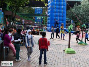 Für die Jugendlichen steht Klettern im neuen Sportpark des DKH auf dem Programm. Foto: Leopold Achilles