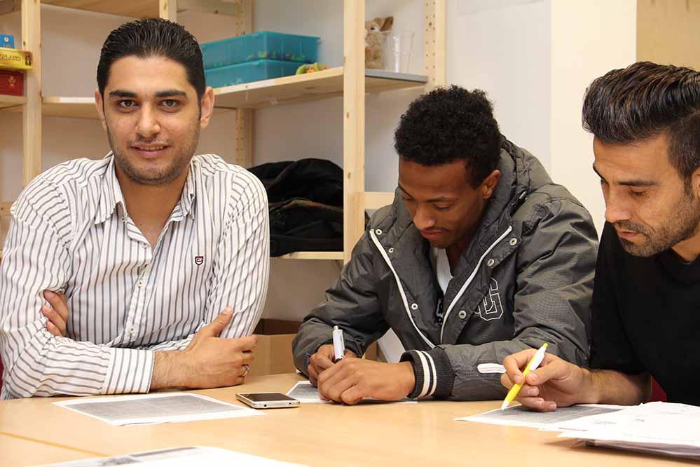 Sliman Abumorad Aburas (li.) bei seiner Arbeit als Dozent. Foto: C.Schwarz/ Arbeitsagentur