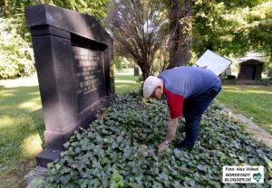 Dan Bondy legt einen weiteren Stein frei, der überwuchert war.