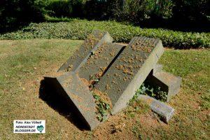 Nicht alle Grabsteine stehen noch - dieser ist in sich zusammengestürzt.