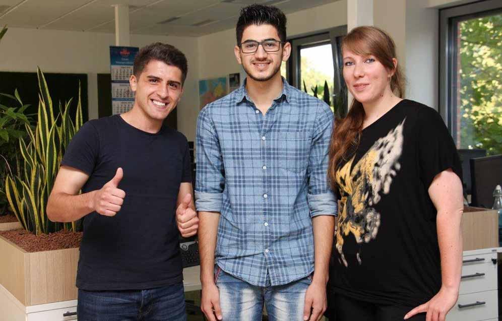 Salah Aldeen Fittahi (27) und Muhamed Ali Abdulaziz (19) mit Deutschdozentin Bettina Kliebisch. Foto: Arbeitsagentur