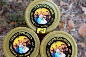 Auf dem Deckel der Honig-Gläser sind die meisten Mitglieder der Bienen-AG zu sehen.