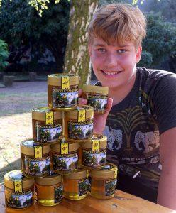 Jan Niklas Rautenberg baut den Honig während des Festes der kompletten Vincenz-Einrichtungen als Blickfang auf.