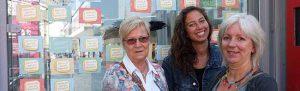 Mechthild Glaser, Ronja Schweer und Birgit Gössner klebten die Postkarten, auf das viele von den Passantinnen mitgenommen.