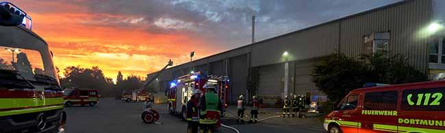 Schwelbrand in einem völlig verrauchten Recyclingbetrieb – Feuerwehr konnte die Glutnester nach zwei Stunden löschen
