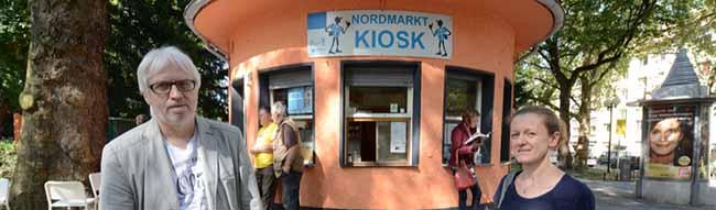 Reiner Rautenberg und Eva Jekel vor dem Nordmarkt-Kiosk der Diakonie.