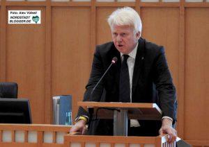 OB Ullrich Sierau hat den Haushaltsplanentwurf für 2018 eingebracht.