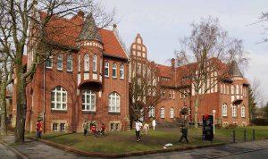 """Das Wohlfahrtsgebäude (""""Evinger Schloss"""") ist das markanteste Gebäude der Alten Kolonie Eving. Foto: Smial/Wikipedia"""