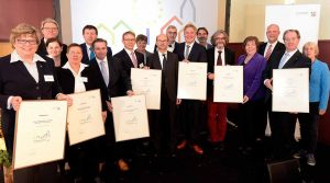 Sozialdezernentin Birgit Zoerner nahm die Auszeichnung von Europaminister Franz-Josef Lersch-Mense entgegen.