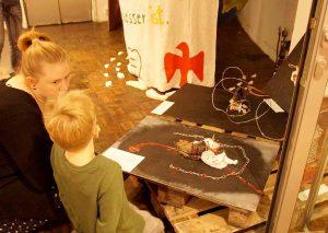 """In dem Projekt haben sich Kinder- und Jugendliche mit dem Thema """"Flucht"""" künstlerisch auseinandergesetzt."""