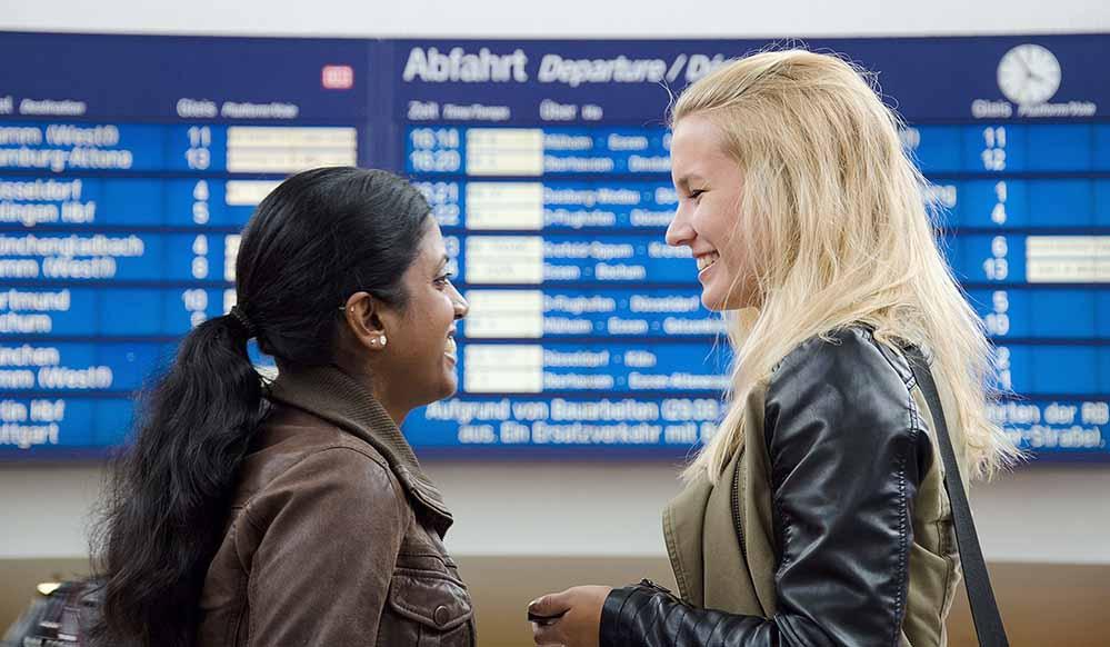 Flüchtlinge mitnehmen – dazu regt ein Projekt der youngcaritas jetzt auch in Dortmund an. Studenten, Schüler und andere Interessierte können bei geeigneten Monatstickets eine zweite Person kostenfrei mitnehmen. Foto: youngcaritas