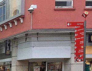 Aktuell lässt die Polizei das Videoüberwachungssystem im Quartier installieren. Foto: JvB