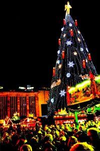Das Klangvokal-Musikfestival und der Weihnachtsmarkt Dortmund zum gemeinsamen Singen auf dem Hansaplatz ein.