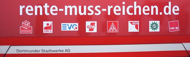 """""""Rente ist kein Thema für die lange Bank"""": DGB in Dortmund informiert auf einer ganz langen Bank vor der Reinoldikirche"""
