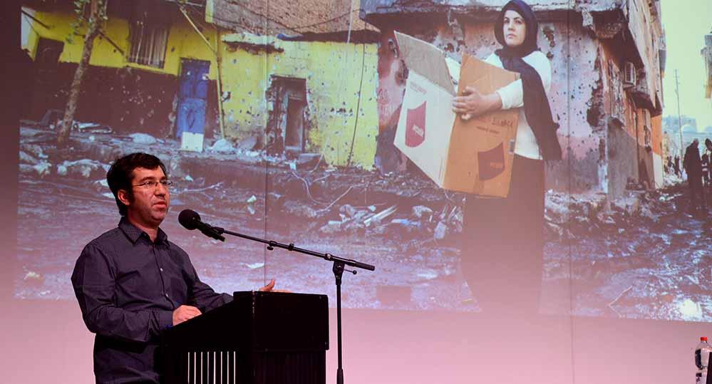 Ismail Küpeli lehrt an der Ruhruni Bochum und schreibt Beiträge für verschiedene Medien. Foto: Schauspiel
