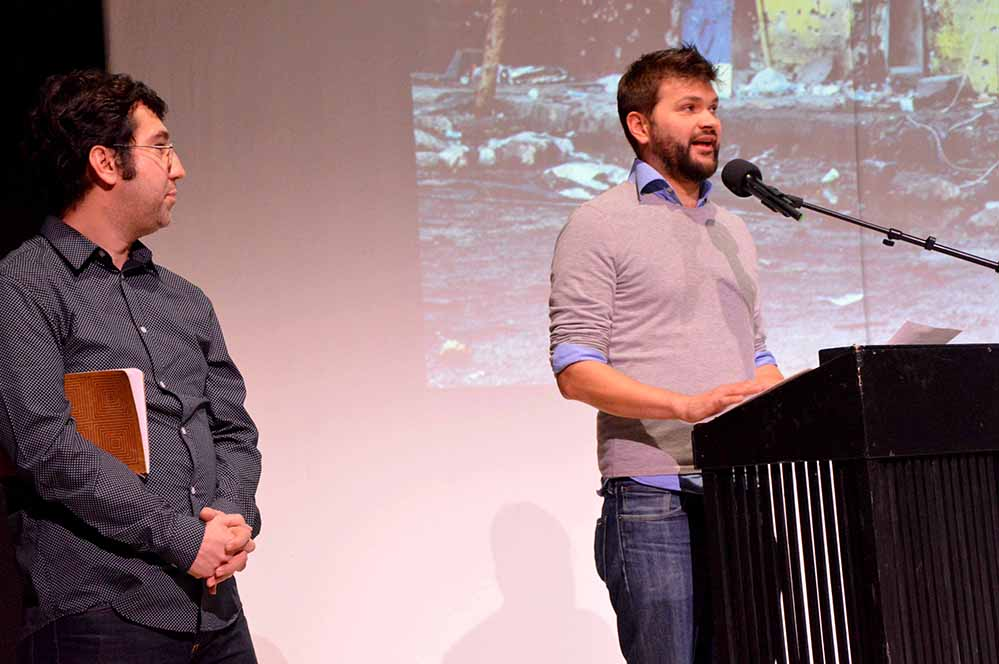 Ismail Küpeli und Moderator Alexander Kerlin auf der Megastore-Bühne. Foto: Schauspiel