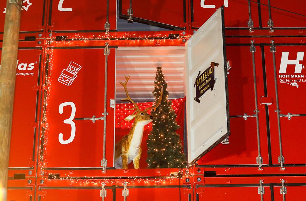 Der Adventskalender war ein gemeinsames Projekt der Bloedorn Container GmbH, des Vereins Kinderlachen und des Dortmunder Weihnachtsmarktes. Er bestand aus 30 Seecontainern, war 15 Meter lang, 13 Meter hoch sowie sechs Meter tief. Insgesamt 14 Unternehmen und eine Privatperson beteiligten sich an dem Projekt und spendeten 24 gute Taten im Gegenwert von knapp 200.000 Euro. Foto: Jan Heinze