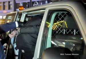 Nach der Aktion klickten die Handschellen - aber große Strafen sind nicht zu erwarten. Foto: Tomasz Niemic