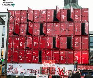 Der Adventskalender bestand aus 30 Seecontainern, war 15 Meter lang, 13 Meter hoch sowie sechs Meter tief und hatte ein Gewicht von mehr als 64 Tonnen. Foto: Alex Völkel