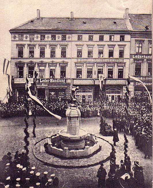 Mit einem Volksfest wurde die Einweihung des Brunnens gefeiert. Bild: Sammlung Klaus Winter
