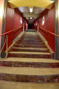 Auch im Foyer und auf der langen Treppe sind die Bodenbeläge bereits herausgerissen worden. Foto: Schauburg