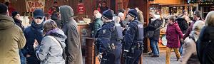 Polizisten mit schusssicheren Westen und Maschinenpistole auf dem Dortmunder Weihnachtsmarkt