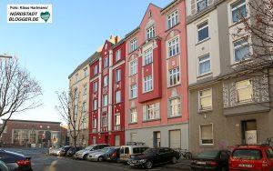 DOGEWO21: Spende für GrünBau. Das Haus Brunnenstraße 51 mit der pastellfarbenen Fassade mittig.
