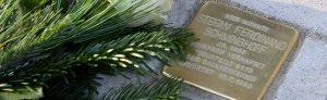 Der Kölner Künstler Gunter Demnig verlegt Stolpersteine in der Kurfürstenstraße zum Gedenken an von den Nazis ermordeten homosexuellen Männern