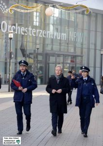 Polizeipräsident Gregor Lange (Mitte) hat die Videobeobachtung angeordnet.