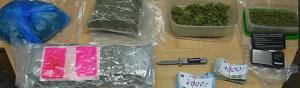 Die Beamten stießen auf ca. zwei Kilo mutmaßliche Betäubungsmittel, eine mittlere fünfstellige Bargeldsumme und ein Messer. Foto: POL-DO
