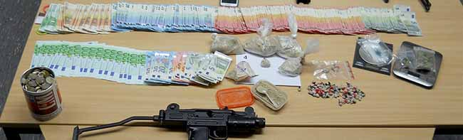 Zivilfahnder der Polizei nahmen in Dortmund einen Drogendealer hoch und fanden auch ein Waffenarsenal