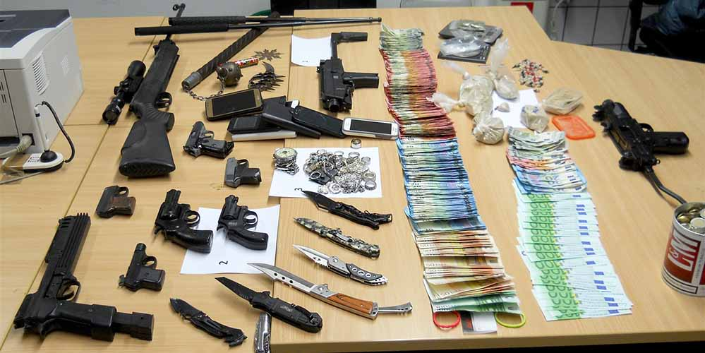 Die Beamten entdeckten eine größere Menge Drogen, eine hohe vierstellige Bargeldsumme, Schusswaffen, Messer und Schlagstöcke. Foto: Polizei