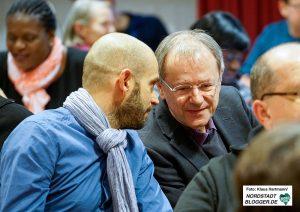 Prof. Christoph Butterwegge im Gespräch mit dem SPD-Bundestagabgeordneten Marco Bülow.