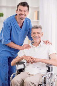 Neben Fachwissen wird in der Altenpflege Sozialkompetenz benötigt.