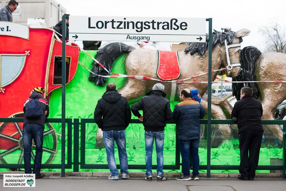 Der Zog kütt - der Rosenmontagszug an der Stadtbahnstation in der Nordstadt. Fotos: Leopold Achilles