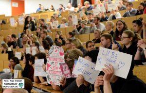 Lautstarker und kreativer Protest schlug den AfD-Vertretern an der TU Dortmund entgegen.