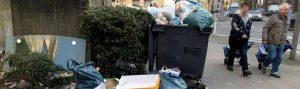Nicht nur auf dem Grundstück, auch dem Bürgersteig lagert Müll.