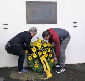 Die BVB-Fan- und Förderabteilung sowie die BVB-Fanbetreuung legten gemeinsam einen Kranz an der Gedenktafel nieder.