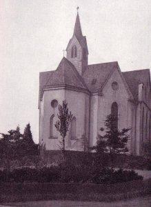 Einziges bekanntes Foto der Krimkapelle, aufgenommen von der Ecke Krim-/Mühlenstraße. Im Vordergrund die kleine Grünanlage an der Straßenecke. Der Hintergrund wurde retuschiert, weil er wohl die wenig attraktive Rückseiten von Wohnhäusern an der Kapellenstraße zeigte.